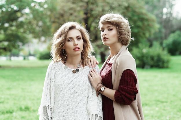 Autunno. foto di due belle donne nel parco.