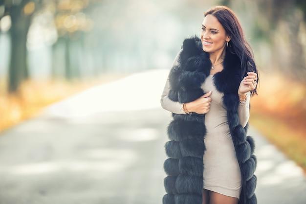 Ritratto autunnale di giovane donna attraente in abiti caldi da volpe polare.