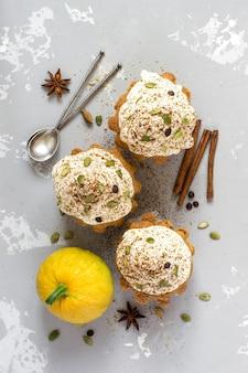 Muffin di zucca autunnali con spezie, gocce di cioccolato e semi di zucca