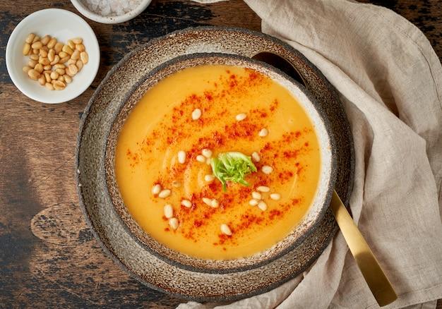 Zuppa di zucca autunnale con paprika affumicata, pinoli, piatto vegetariano