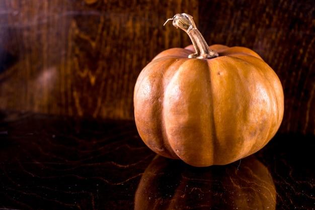 Zucca di autunno sulla tavola di legno