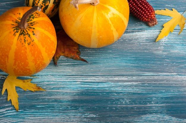Zucche autunnali sul tavolo blu malandato