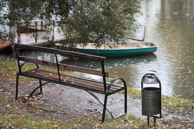 Pioggia autunnale nel parco durante il giorno