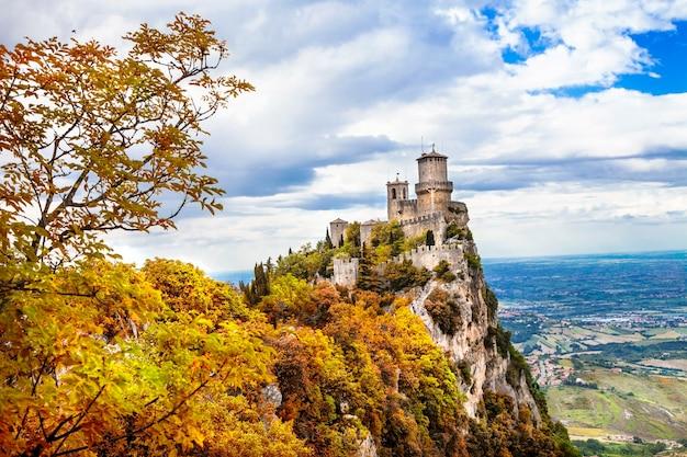 Autunno a san marino, veduta del castello sulla roccia. italia