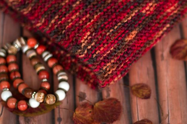 Sciarpa autunnale e set di braccialetti