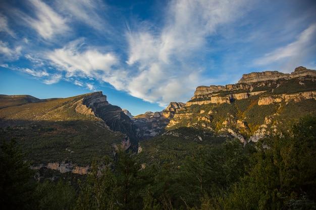 Scena autunnale nel parco nazionale di ordesa e monte perdido, spagna