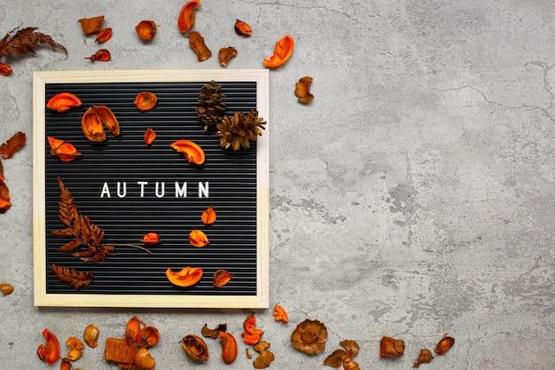 Concetto flatlay stagione autunnale con composizione di foglie secche con copia spazio