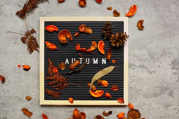Concetto flatlay stagione autunnale con composizione di foglie secche