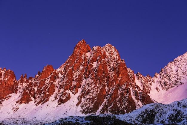 Stagione autunnale nelle montagne di kackar nella regione del mar nero in turchia. bellissimo paesaggio di montagne.