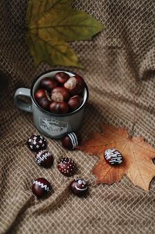 Autunno natura morta con castagne fresche halloween giorno del ringraziamento sfondo