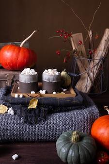 Natura morta autunnale con zucche e candele