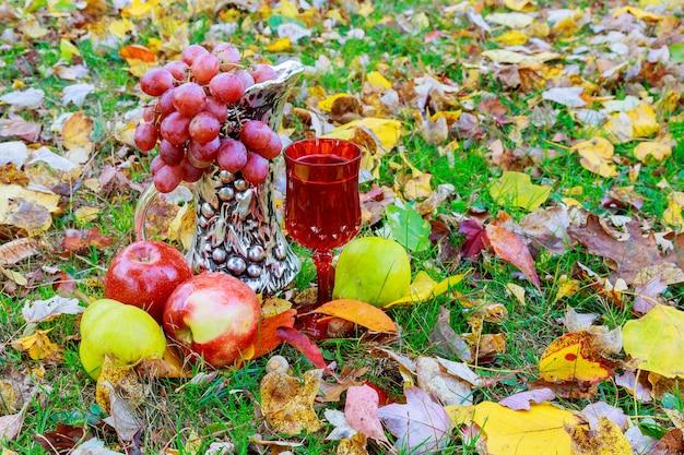 Natura morta autunnale con vino, mele, uva uva da vino mele autunno