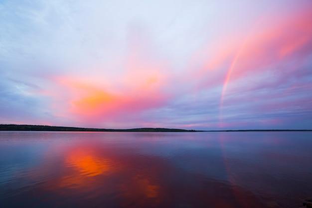 Tramonto autunnale e arcobaleno in lapponia, finlandia settentrionale