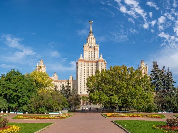 Vista autunnale dell'università statale di lomonosov, edificio e visite turistiche a mosca.
