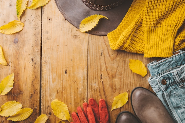 Autunno vestiti caldi sul tavolo di legno