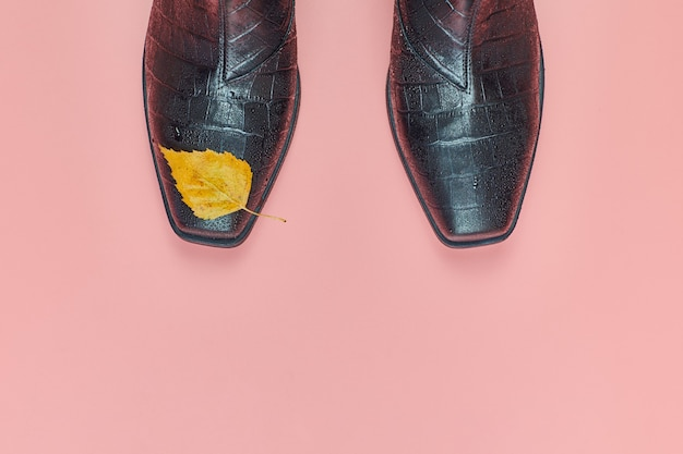 Autunno scarpe donna impermeabili con gocce di pioggia, copia dello spazio.