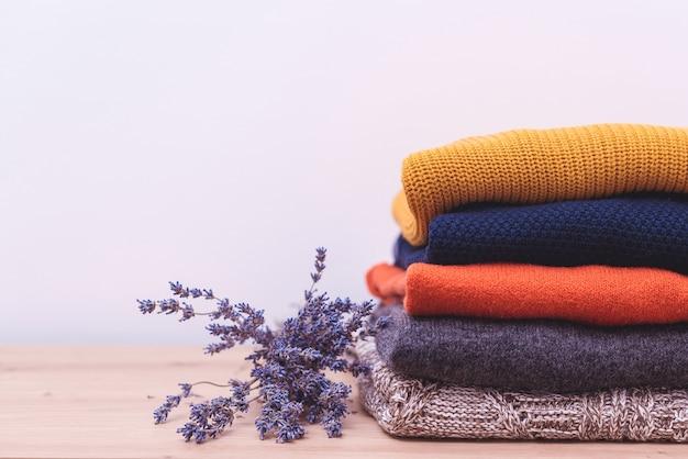 Autunno, maglieria stagione invernale. maglioni di lana e lavanda essiccata per proteggersi dalle tarme.