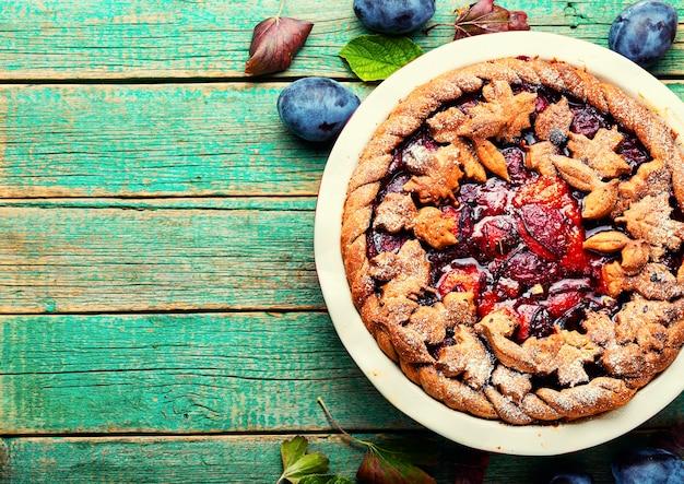 Torta squisita autunnale con prugne.pasticcini estivi alla frutta.copia spazio