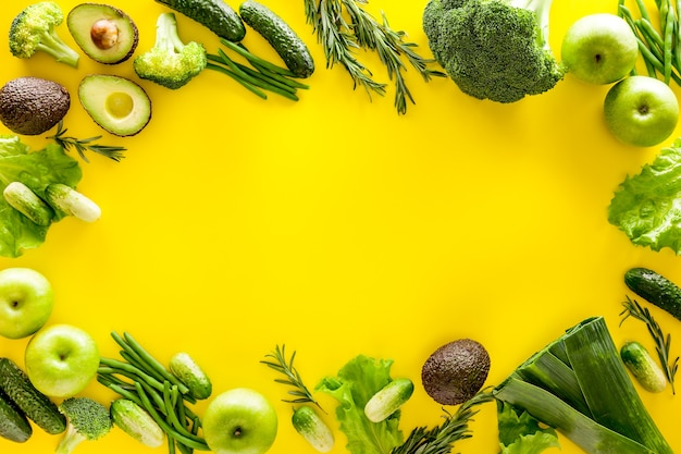 Avocado, broccoli, fagioli, porri e mela fresca su giallo