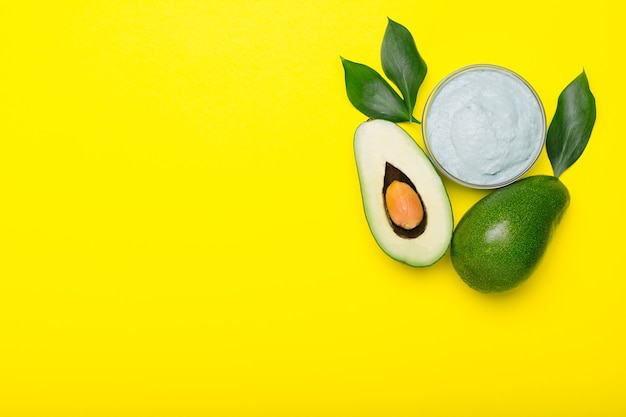 Maschera per il viso di avocado in barattolo di vetro, maschera nutriente fatta in casa a base di purè di avocado