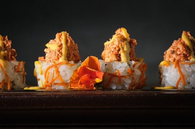 Rotolo di avocado e patatine fritte fritte condite con pollo nikkei e salsa aji amarillo
