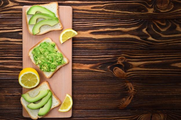 Sandwich all'avocado su pane fatto con avocado fresco a fette dall'alto