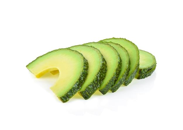 Fette di avocado isolate su bianco