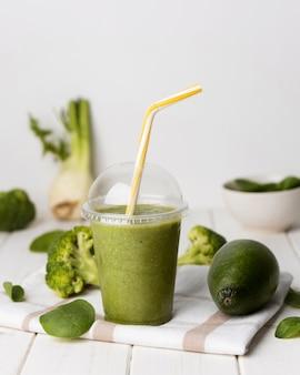 Frullato di avocado in bicchiere di plastica