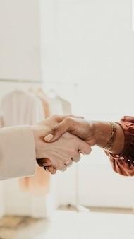 Evita di stringere la mano durante la pandemia di coronavirus