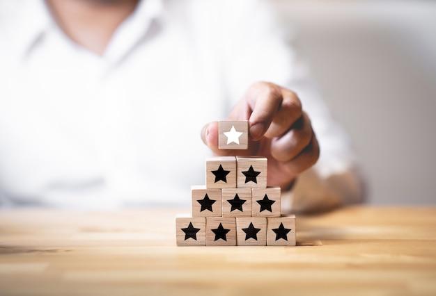 Premi, risultati o concetti di risultato con stella sul gradino in legno.sviluppo aziendale.qualità del lavoro