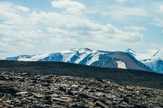 Splendida vista colorata dalla collina pietrosa alla gigantesca catena montuosa glaciale.
