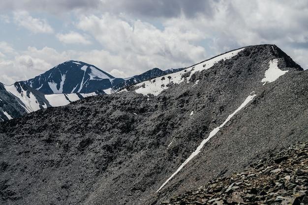 Fantastico paesaggio con bellissime enormi montagne glaciali in tempo nuvoloso.