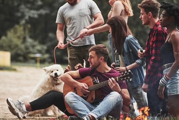 Natura fantastica. un gruppo di persone fa un picnic sulla spiaggia. gli amici si divertono durante il fine settimana.