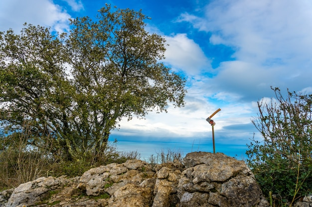Un'ascia in cima al monte arno nel comune di mutriku a gipuzkoa. paesi baschi, spagna