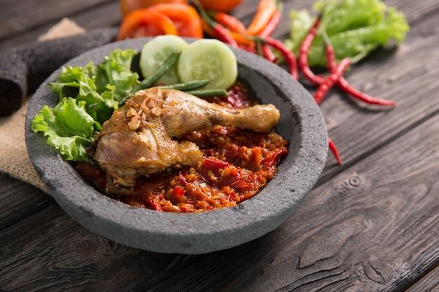 Pollo fritto tradizionale di ayam penyet