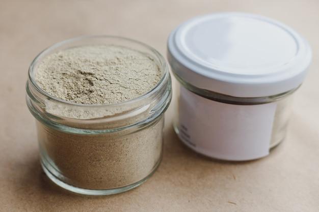 Subtan cosmetico ayurvedico per la cura del viso e dei capelli in vasetti di vetro. ingredienti vegetali macinati in polvere