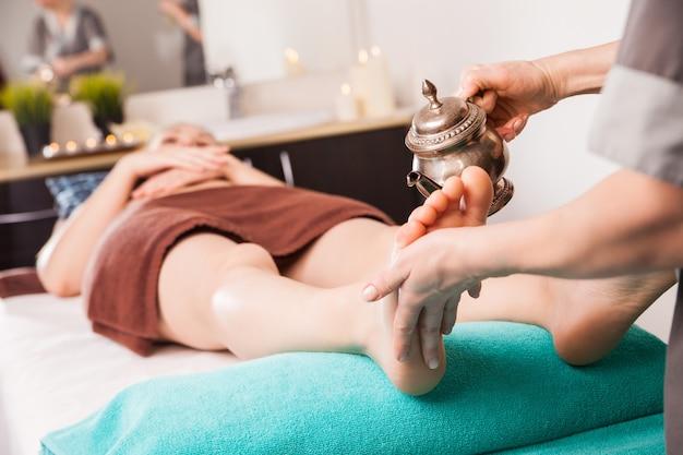 Procedura di massaggio ayurvedico per la terapia del piede con olio in spa