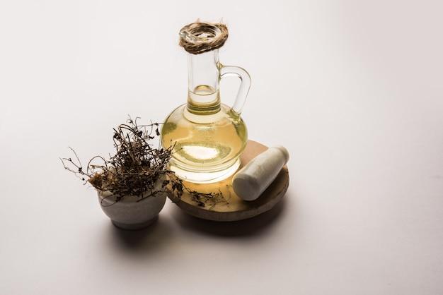 Olio per capelli ayurvedico maha bhringraj o mahabhringraj con foglie secche e malta,