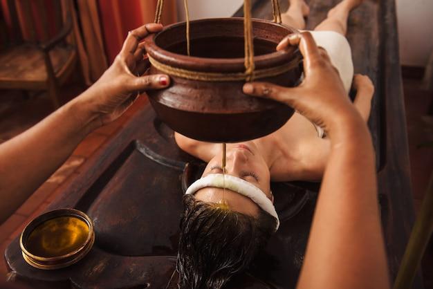 Trattamento shirodhara ayurvedico in india