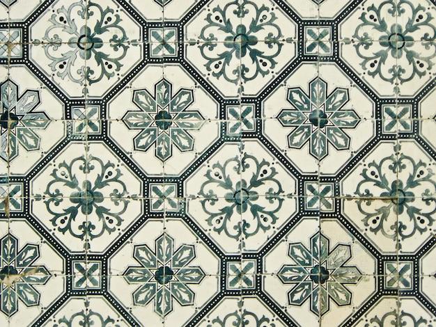 Azulejo è una forma di ceramica portoghese o spagnola dipinta, smaltata con stagno. sono diventati un aspetto tipico della cultura portoghese, essendo stati prodotti ininterrottamente per cinque secoli.