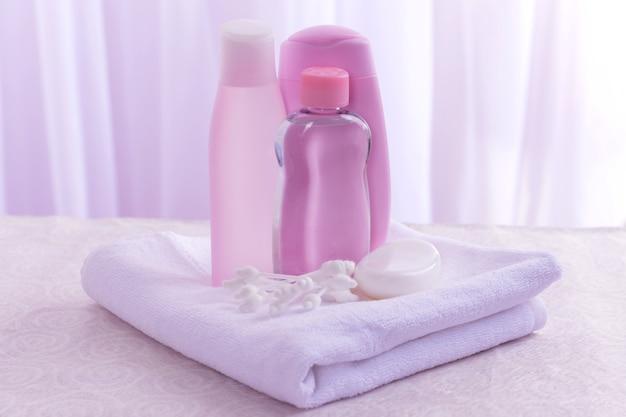 Accessori per neonati per il bagno sul tavolo su sfondo chiaro