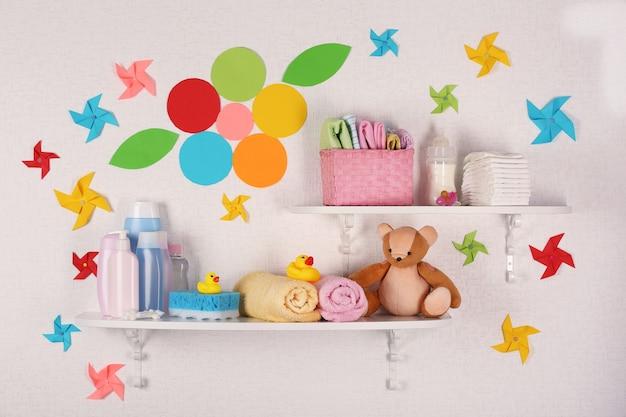Accessori per neonati sul primo piano di scaffali