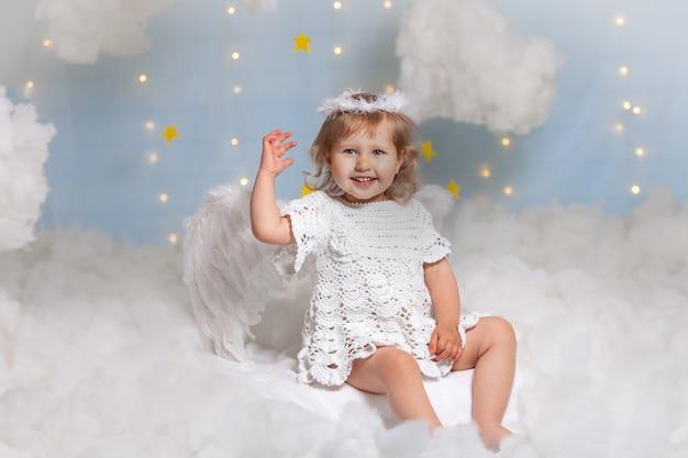 Bambino come un angelo che vola tra le nuvole