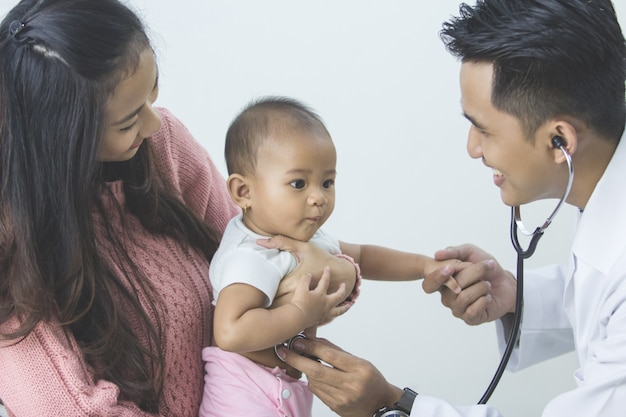 Il bambino viene controllato da un medico Foto Premium