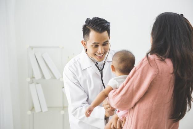 Il bambino viene controllato da un medico