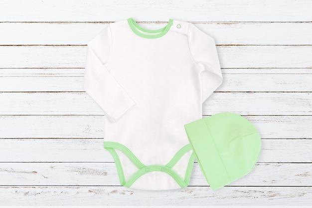 Modello di body per bebè con elementi verdi