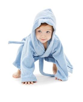 Neonato in veste blu su bianco