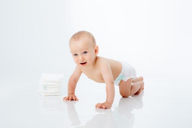 Neonato in un pannolino che striscia su un fondo bianco isolato