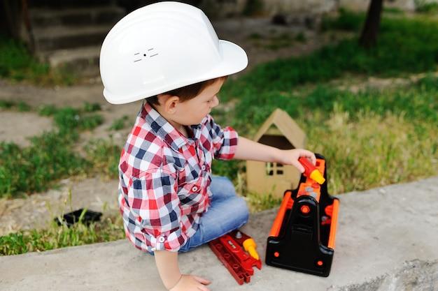 Neonato nel casco bianco della costruzione
