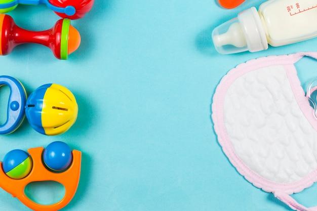 Baby care, giocattoli in legno, capezzoli e polveri per bottiglie sono separati dalla vista di sfondo